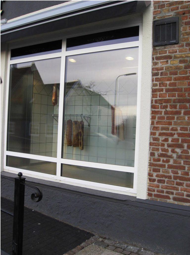 Et-kig-fra-gaden-ind-på-det-krogmodnede-koed-i-slagterkoelerum