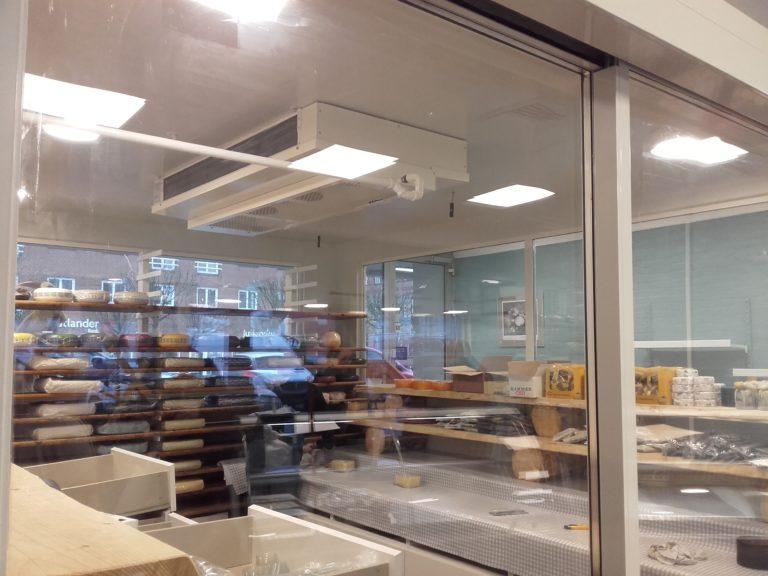 Koelerum-med-glaspartier-og-skydedoer-i-ostebutik